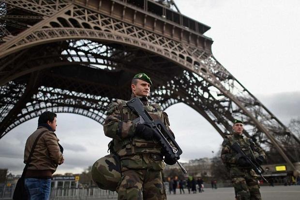 Aparat keamanan berjaga di areal Menara Eiffel | ist
