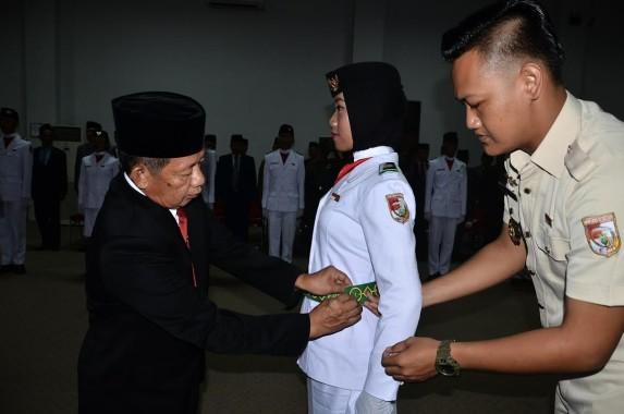 Wakil Bupati Tulangbawang Barat Fauzi Hasan mengukuhkan Paskibraka setempat tadi malam di Aula Pemkab setempat. | Ist