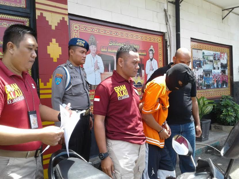 Tersangka pencurian motor saat digiring ke Polresta Bandar Lampung, Kamis, 25/8/2016 | Andi/jejamo.com