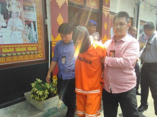 Tersangka pencurian di Mapolresta Bandar Lampung, Rabu, 10/8/2016. | Andi Apriyadi/Jejamo.com