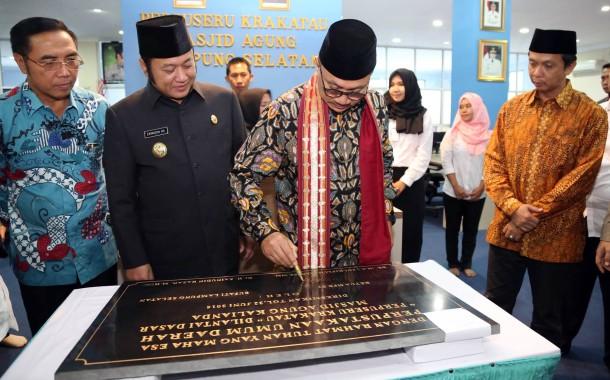 Ketua MPR RI Zulkifli Hasan menandatangani prasasti peresmian Perpustakaan Seru Krakatau di Kalianda. | Diskominfo Lampung Selatan