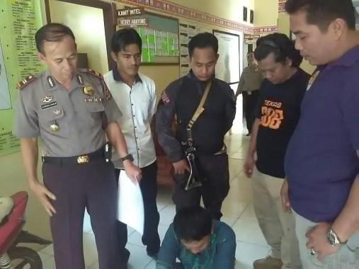 Tersangka pencuri motor bermodus pegawai PLN diinterogasi di Mapolsek Jatiagung, Lampung Selatan, Sabtu, 27/8/2016. | Andi Apriyadi/Jejamo.com