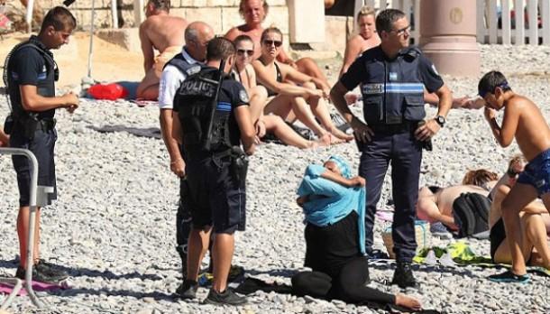 Kejam! Sekelompok Polisi Prancis Ini Paksa Wanita Muslim Lepaskan Burkininya
