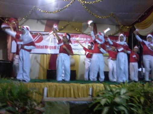 Malam puncak  pèrayaan HUT ke-71 RI di Lingkungan 2 Lingkungan 4 Kelurahan Tanjung Harapan, Kecamatan Kotabumi Selatan, Lampung Utara, berlangsung meriah di halaman Masjid Al-Misbah, tadi malam. | Buhairi Aidi/Jejamo.com