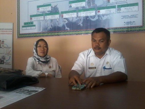 Kepala Dinas Sosial Kabupaten Tulang Bawang Barat M.Rasidi SH (kanan) bersama Sekretaris Dra Kruyuni di Kantor Dinas Sosial setempat | Mukaddam/jejamo.com
