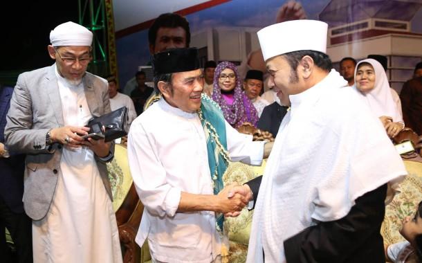 Rhoma Irama disambut Bupati Lampung Selatan Zainudin Hasan saat menghadiri tabligh akbar yang diselenggarakan Pemkab Lampung Selatan, Selasa 21/06/2016 . | Diskominfo Lampung Selatan