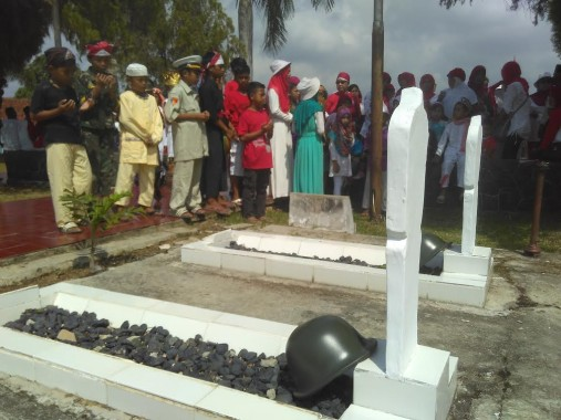 Anak-Anak Kampung Empang Bandar Lampung Peserta Karnaval Kunjungi Makam Pahlawan
