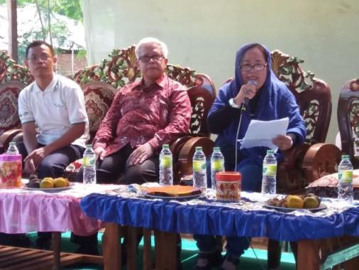 Rahmat Adiwiganda (tengah) didampingi Safrini Fahmi dan Ridwan Arif dalam temu petani Tulangbawang Barat yang diadakan CV Srikandi Makmur, Sabtu, 6/8/2016.| Suhairi/Jejamo.com