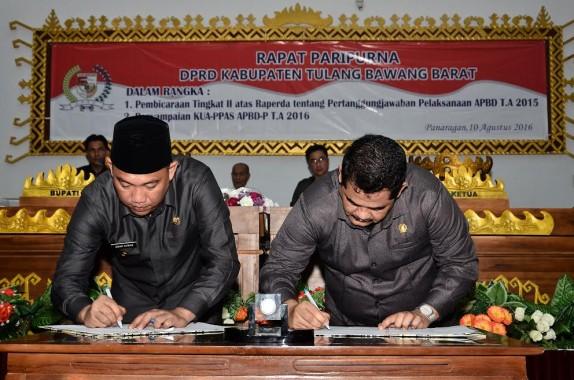 Bupati Tulang Bawang Barat Umar Ahmad (kiri) bersama Ketua DPRD Busroni menandatangani Berita Acara Pembicaraan Tingkat II atas Raperda tentang Pertanggungjawaban Pelaksanaan APBD T.A 2015, di Ruang Paripurna DPRD setempat | Rilis