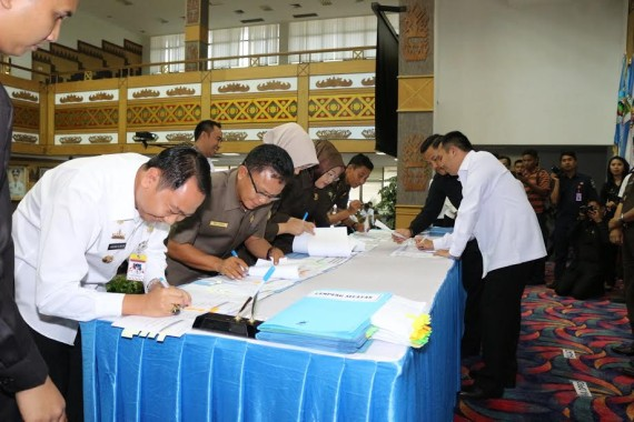 Bupati Lampung Utara H Agung Ilmu Mangkunegara telah menandatangani berita acara penyerahan personil, sarana prasarana serta dokumentasi, yang diserahkan ke Pemprov Lampung dan Pusat |ist