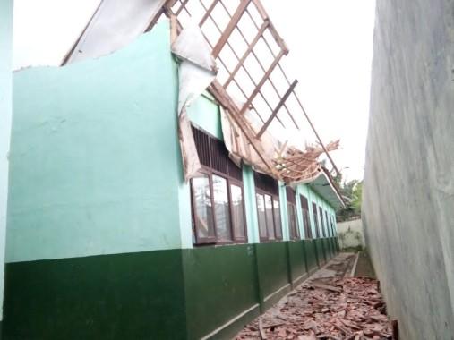 Atap ruang kelas 8c SMPN 12 Kotabumi yang ambruk, diduga karena kayu yang digunakan buruk | Lia/jejamo.com