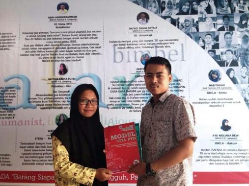 Salsabila Safitri, siswi MAN 2 Bandar Lampung, menerima beasiswa bimbel gratis dari Hafara dan IZI Lampung. | Ist