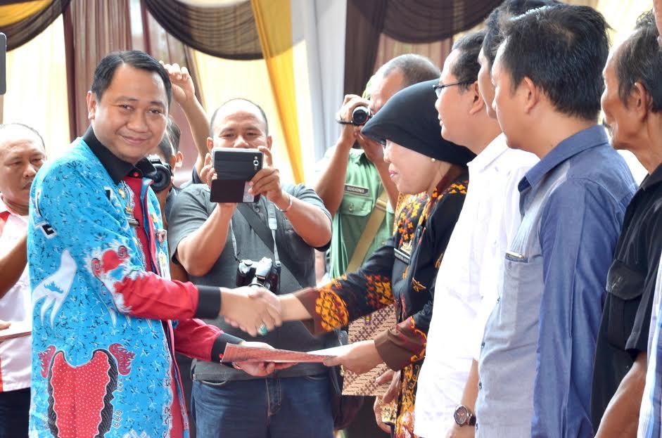 Bupati Lampung Utara Beri Penghargaan Koperasi Berprestasi