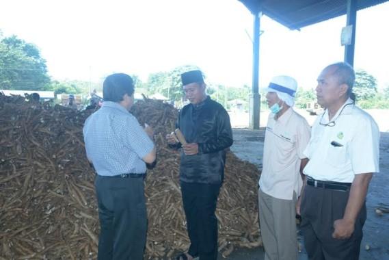 Bupati Lampung Tengah, Mustafa saat melakukan kunjungan ke perusahan tapioka | Raeza/jejamo.com