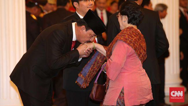Jenderal Budi Gunawan mencium tangan Presiden ke-5 RI Megawati Soekarnoputri | CNN Indonesia