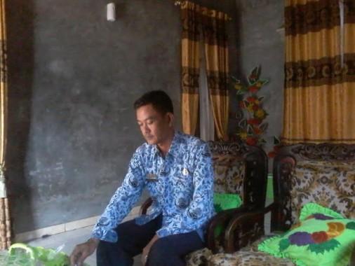Plt Kepala Desa Cempaka Timur Kecamatan Sungkai jaya Rosdiyanto di rumahnya | Mukaddam/jejamo.com