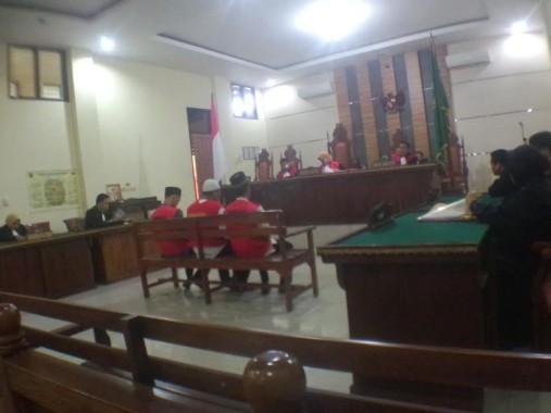 Para terdakwa kasus pembunuhan Dwiki Dwi Sofyan menjalani sidang vonis di Pengadilan Negeri Tanjungkarang, Kamis, 1/9/2016 | Andi/jejamo.com