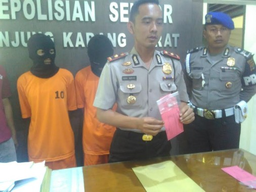 Kapolsekta Tanjungkarang Barat, Kompol Heru Adrian saat menunjukan barang bukti Sabu di Mapolsek Tanjungkarang Barat, Rabu, 21/9/2016 | Andi/jejamo.com