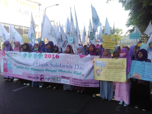 Hijaber di Bandar Lampung Penuhi Tugu Adipura