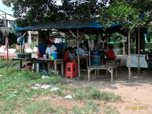 Jalan Tak Memadai, Murid SMPN 2 Pekalongan Lamtim Berangkat Sekolah 'Goyang-goyang'