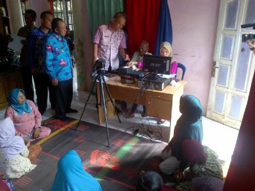 Disdukcapil Lampung Utara Jemput Bola Rekam E-KTP untuk Lansia di Desa Taman Jaya Kotabumi Selatan