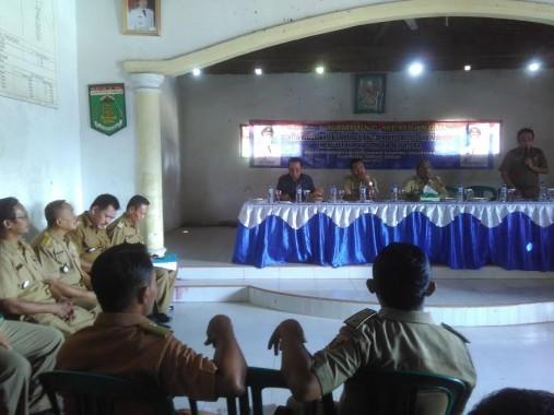Wabup Lampung Tengah Loekman Djoyosoemarto, saat memberikan pengarahan kepada para kepala kampung | Raeza/jejamo.com