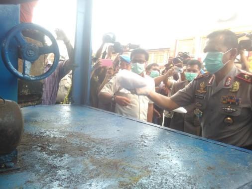 Kapolda Lampung Brigjen Ike Edwin saat memusnahkan narkoba di Mapolda Lampung, Kamis, 29/9/2016 | Andi/jejamo.com
