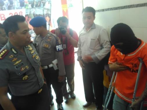Tersangka pembunuh saat sedang di introgasi di Mapolresta Bandar Lampung, Senin, 26/9/2016 | Andi/jejamo.com