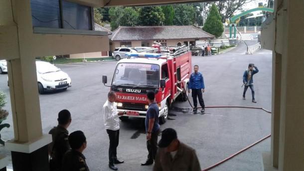 Petugas pemadam kebakaran saat berada dilokasi kebakaran di Kejati Lampung, Rabu, 28/9/2016 | Andi/jejamo.com