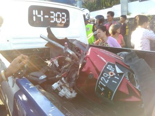 Sebuah sepeda motor Yamaha Mio GT BE-4729-BP dihantam Fuso Jalan WR Supratman, Kelurahan Gunungmas, Kecamatan Telukbetung Selatan, Bandar Lampung, Senin sore, 12/9/2016. | Andi Apriyadi/Jejamo.com
