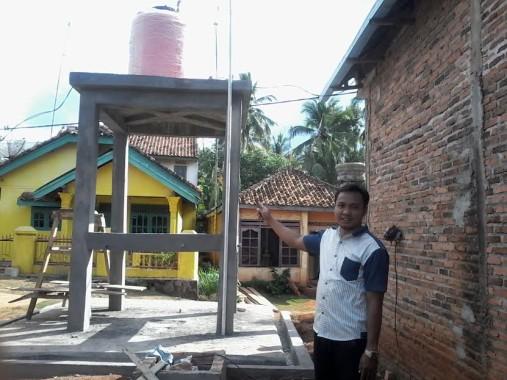Toto Bani Ikhsan Kepala Desa Karang Agung sedang menunjukkan salah satu sumur bor yang dibangun dengan dana desa | Buhairi/jejamo.com