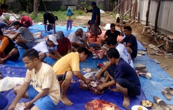 Ibu-Ibu di Masjid Da'watul Ihsan Hajimena Masak Rawon buat Makan Bareng