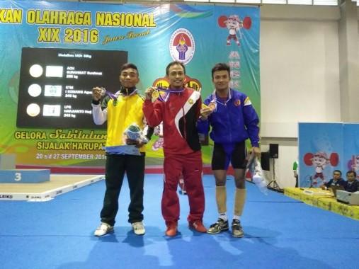 Harjianto (kanan), atlet angkat besi Lampung yang turun pada kelas 56 kilogram, mendapat medali perunggu | ist