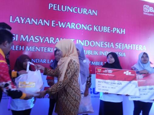Menteri Sosial Khofifah Indar Parawansa meresmikan e-warong Kelompok Usaha Bersama Program Keluarga Harapan (KUBE-PKH) di Bandar Lampung, Minggu, 4/9/2016. | Sugiono/Jejamo.com