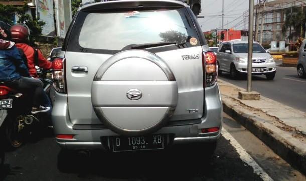 Pengemudi Daihatsu Terios nomor polisi D-1093-XB ini melempar gelas plastik bekas air mineral di Jalan Zainal Abidin Pagaralam, Bandar Lampung, Sabtu, 10/9/2016. | Adian Saputra/Jejamo.com