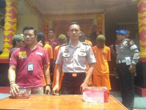 Kapolsekta Tanjungkarang Barat Komisaris Heru Adrian menunjukkan barang bukti dan keempat tersangka di Mapolsekta setempat, Selasa, 20/9/2016. | Andi Apriyadi/Jejamo.com