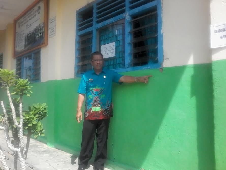 Wakil Kepala SMPN 1 Kotabumi Sumarno,S.Pd, sedang menunjukkan kerusakan ruang belajar | Mukaddam/jejamo.com