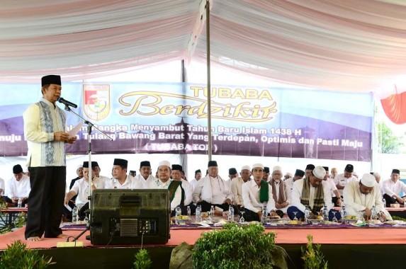 Wakil Bupati Tulang Bawang Barat Fauzi Hasan memberikan sambutan pada acara Istiqosah dan Dzikir Bersama, di Lapangan Kelurahan Daya Murni Kec. Tumijajar | Mukaddam/jejamo.com