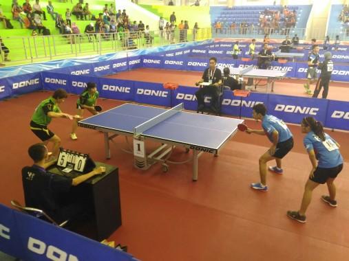 Pasangan ganda campuran tenis meja Lampung, Ferry dan Yossi (kostum hijau) ketika mengalahkan pasangan dari Kalimantan Utara, Minggu 25/9/2016. | Tim Liputan PON