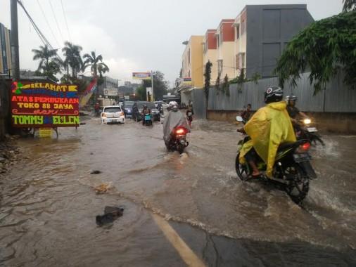 Hujan Deras Rendam Jalan Hayam Wuruk Bandar Lampung, Banyak Kendaraan Macet Kemasukan Air