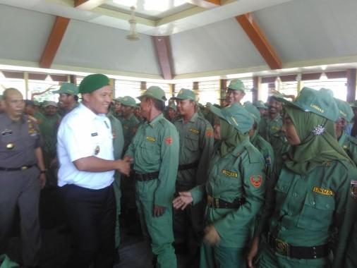 Bupati Lampung Tengah, bersalaman dengan tiga ribuan lebih angota Linmas dari 9 kecamatan yang ada di Lampung Tengah | Raeza/jejamo.com