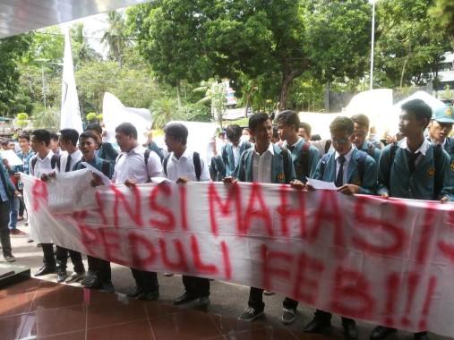 Demo mahasiswa FEB Unila soal kampus rawan kemalingan motor, Jumat, 28/10/2016. | Sugiono/Jejamo.com