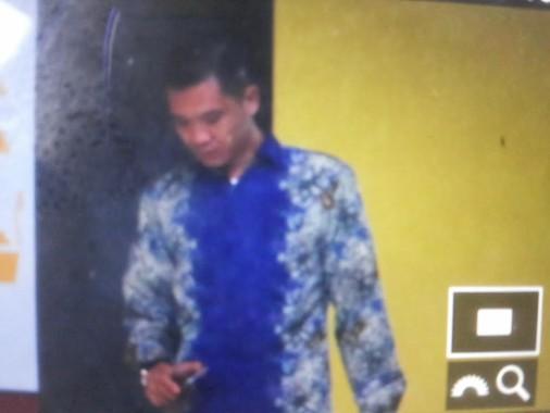 Tedi Kurniawan, Ketua Komisi II DPRD Tanggamus, keluar dari toilet di tengah pemeriksaan KPK di Aula Subarkah SPN Polda Lampung, Jumat 28/10/2016. | Sugiono/Jejamo.com