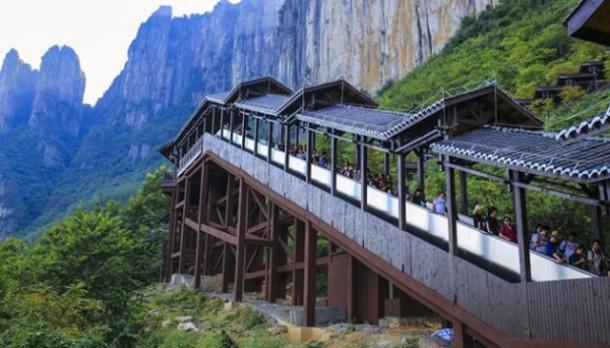 China Operasikan Eskalator Terpanjang di Dunia untuk Jelajah Alam Kota Enshi
