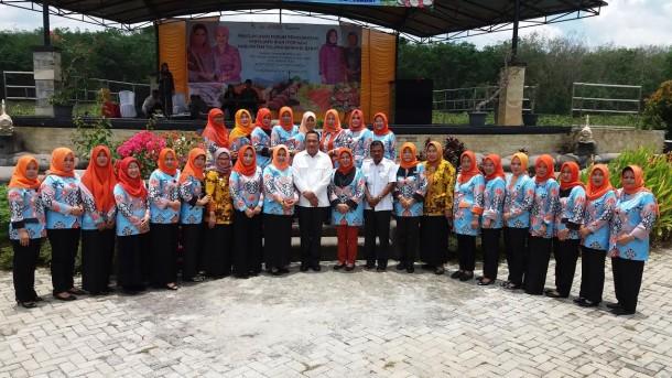Bupati Umar Ahmad (tengah) didampingi Ketua Ketua Forikan Tubaba Ibu Kornelia Umar Ahmad (kiri), Wakil Ketua Forikan Provinsi Lampung Ibu Hasiah Bachtiar Basri (kanan) | Mukaddam/jejamo.com