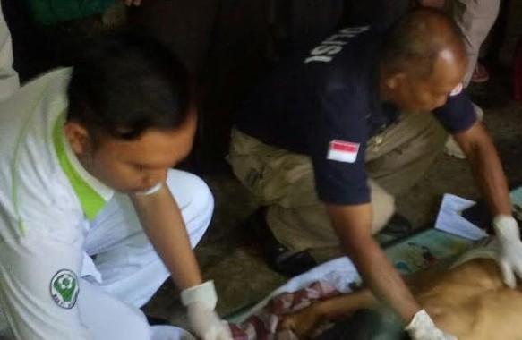 Petugas memeriksa korban bunuh diri di Lampung Utara hari ini. | Lia/Jejamo.com