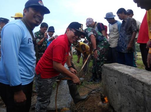 Wakil Bupati Lampung Timur Zaeful Bukhari Bakar-Bakar Belerang, Buat Apa?