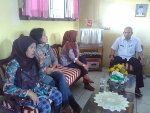 Sejumlah orangtua murid saat mendatangi ruang Kepala Sekolah SDN 4 Sawah Lama, Rabu, 19/10/2016 | Andi/jejamo.com