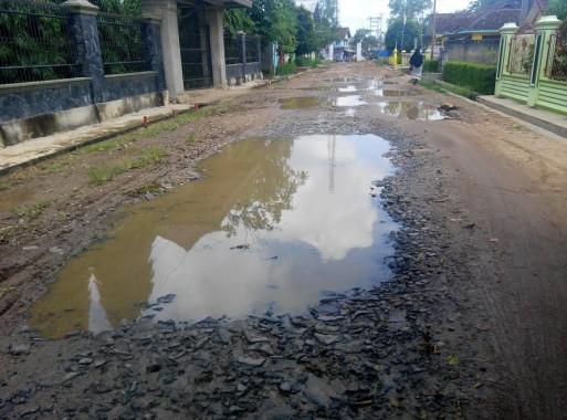 Warga Sekampung Lamtim Keluhkan Rusaknya Jalan Penghubung Desa Giri Klopomulyo