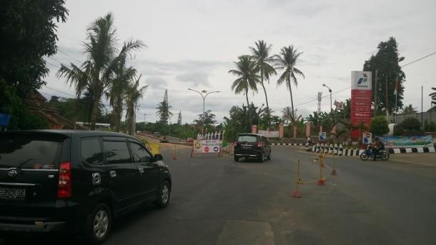 Jalani Perbaikan, Jalan Pramuka depan SPBU Kecamatan Rajabasa Dibuat Satu Jalur